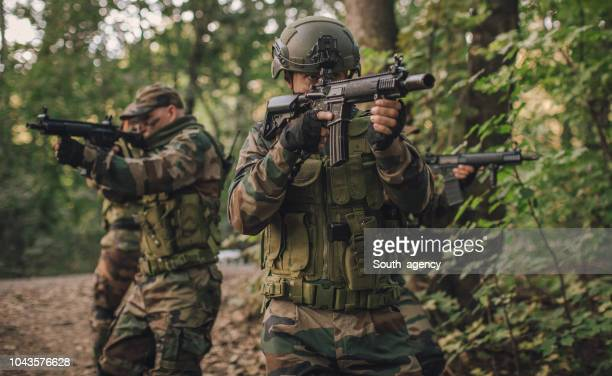 army team in action - machine gun stock pictures, royalty-free photos & images