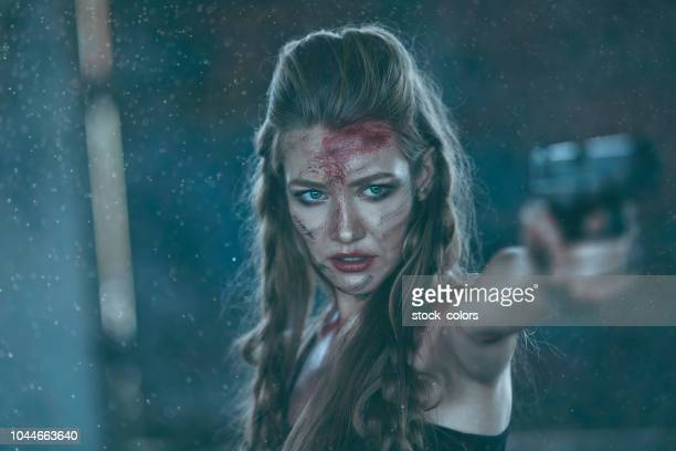 mulher de exército atirando com arma - mulher sedutora - fotografias e filmes do acervo