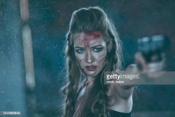 army woman shooting with gun - mulher fatal imagens e fotografias de stock
