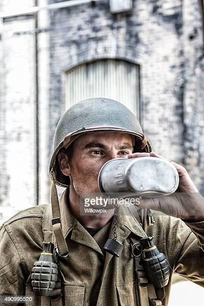 Nous soldat de l'armée américaine de la Seconde Guerre mondiale, l'eau potable près de la cantine