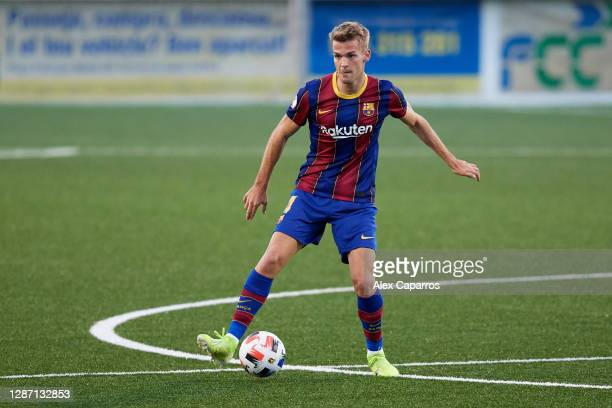 Arnau Comas of FC Barcelona B controls the ball during the Segunda Division B Group IIIA match between CE L'Hospitalet and FC Barcelona B at Estadi...