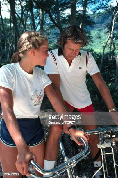 Arnaud de Rosnay et Jenna de Rosnay lors d'une promenade à vélo à Moorea en Polynésie août 1980