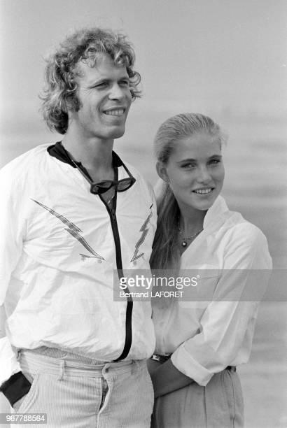 Arnaud de Rosnay et sa fiancée Jenna au Touquet lors d'une course de speedsail le 20 septembre 1980 France