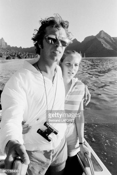 Arnaud de Rosnay et sa fiancée Jenna en mer avant sa tentative de traversée entre les Iles Marquise et Hawaï le 21 aout 1980 Moorea Tahiti