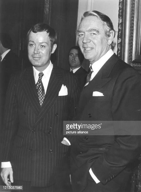 Arndt von Bohlen und Halbach mit dem Generalbevollmächtigten der Firma Krupp, Berthold Beitz , am während der Verleihung des Alfried Krupp von Bohlen...