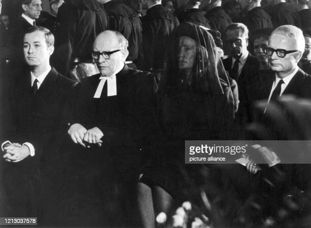 Arndt von Bohlen und Halbach , Präses Beckmann, Anneliese von Bohlen und Halbach und Berthold von Bohlen und Halbach während der Trauerfeier für den...