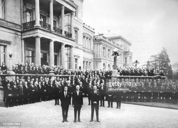 Arndt von Bohlen und Halbach, sein Vater Alfried Krupp der Generalbevollmächtigte Berthold Beitz posieren vor der Villa Hügel in Essen mit den...