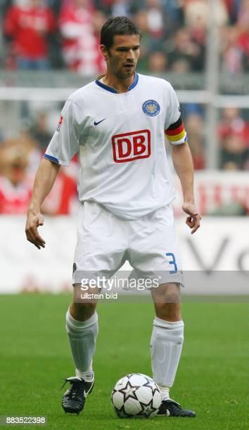 Arne Friedrich Abwehrspieler Mannschaftskapitän Hertha BSC Berlin D in Aktion am Ball
