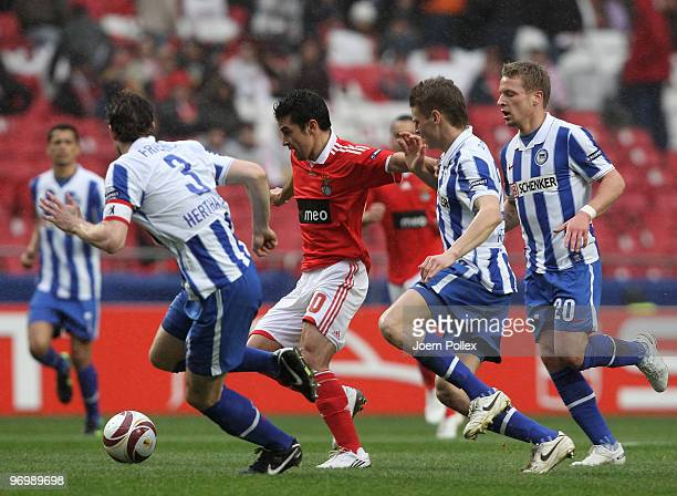 Arne Friedrich Lukasz Piszczek and Patrick Ebert of Berlin battles for the ball with Pablo Aimar of Benfica during the UEFA Europa League knockout...