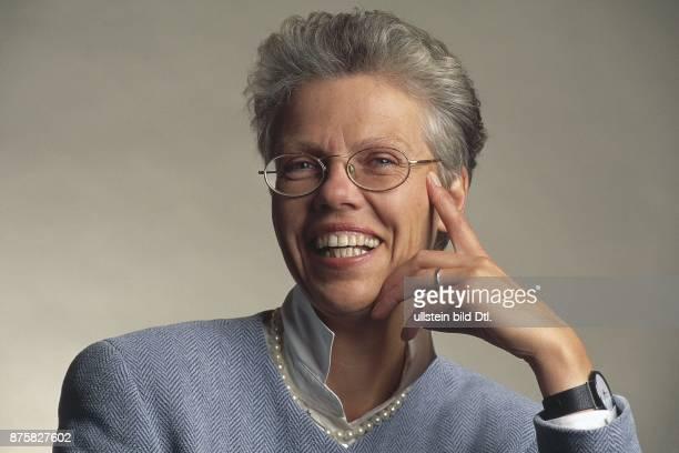 Arnfried BaierFuchs Pressesprecherin der Deutschen Bahn AG mit Perlenkette und Armbanduhr Aufgenommen Februar 1996