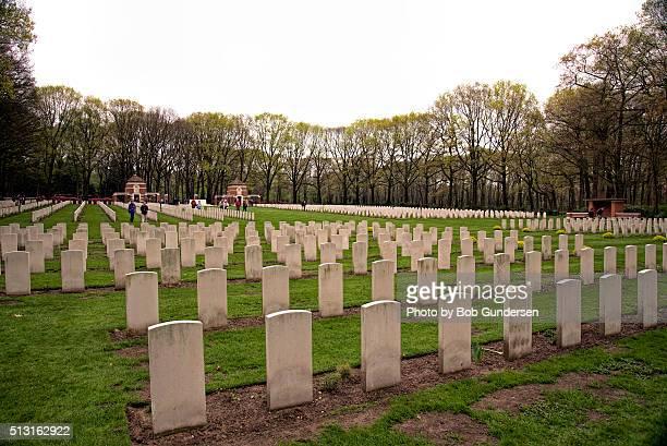 arnhem oosterbeek war cemetery markers - arnhem stockfoto's en -beelden