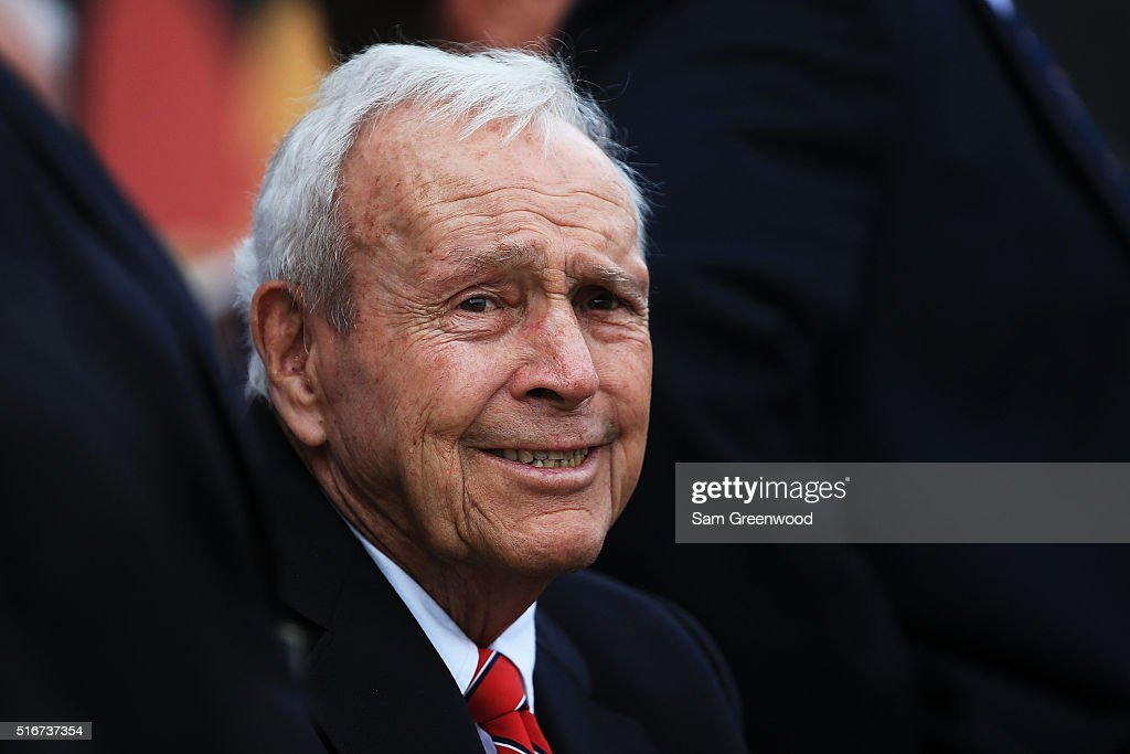 Arnold Palmer watches action on the 18th green during the final round of the Arnold Palmer Invitational Presented by MasterCard at Bay Hill Club and Lodge on March 20, 2016 in Orlando, Florida.