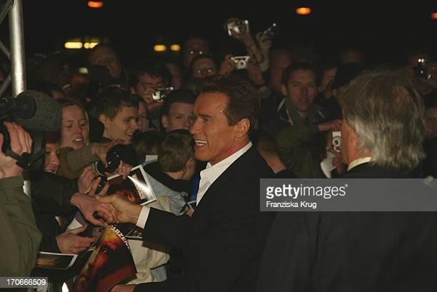 Arnold Schwarzenegger Bei Der Premiere 'Collateral Damage' Im Cubux Kino Am Alexanderplatz In Berlin Am 140202