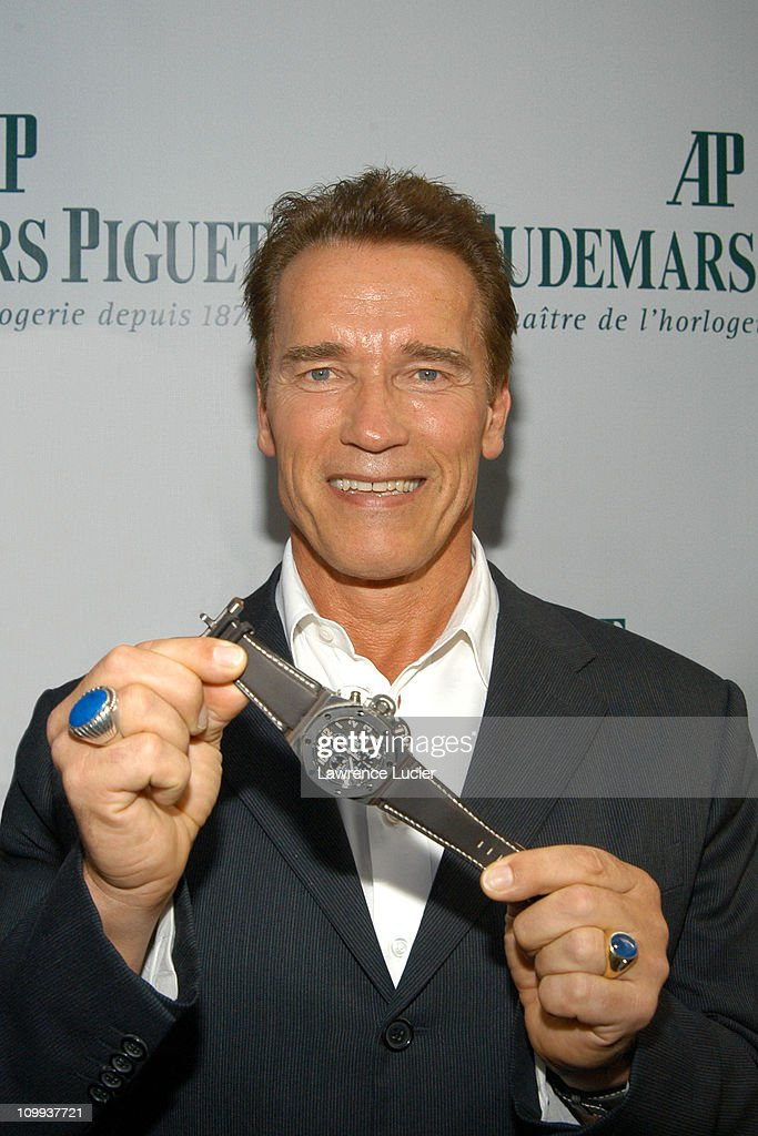 Arnold Hosts Auction Of Limited Edition Items From T3 To Benefit Inner-City Games Foundation : ニュース写真