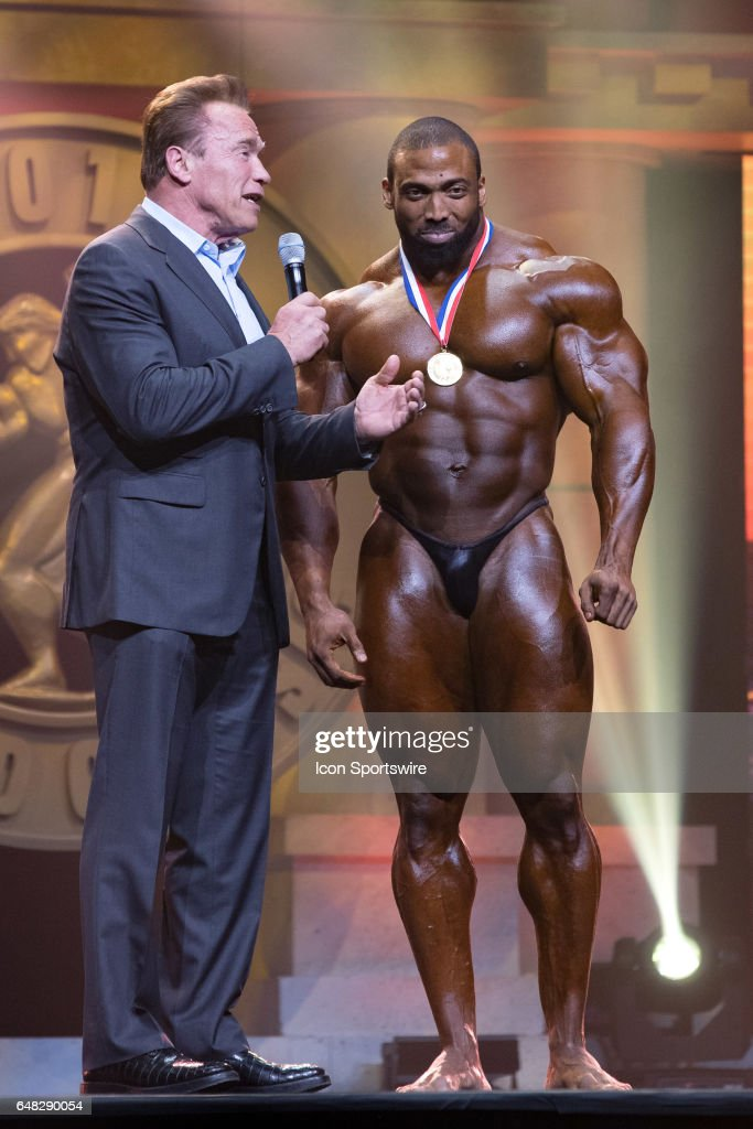 ¿Cuánto mide Hafthor Julius Bjornsson?  (The Mountain) - Altura y peso - Real height and weight Arnold-schwarzenegger-interviews-cedric-mcmillan-after-mcmillan-won-picture-id648290054