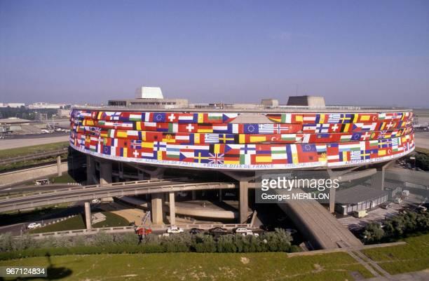 Aérogare de l'aéroport Roissy Charles De Gaulle recouverte des drapeaux de tous les pays le 16 Juin 1989 a Roissy France