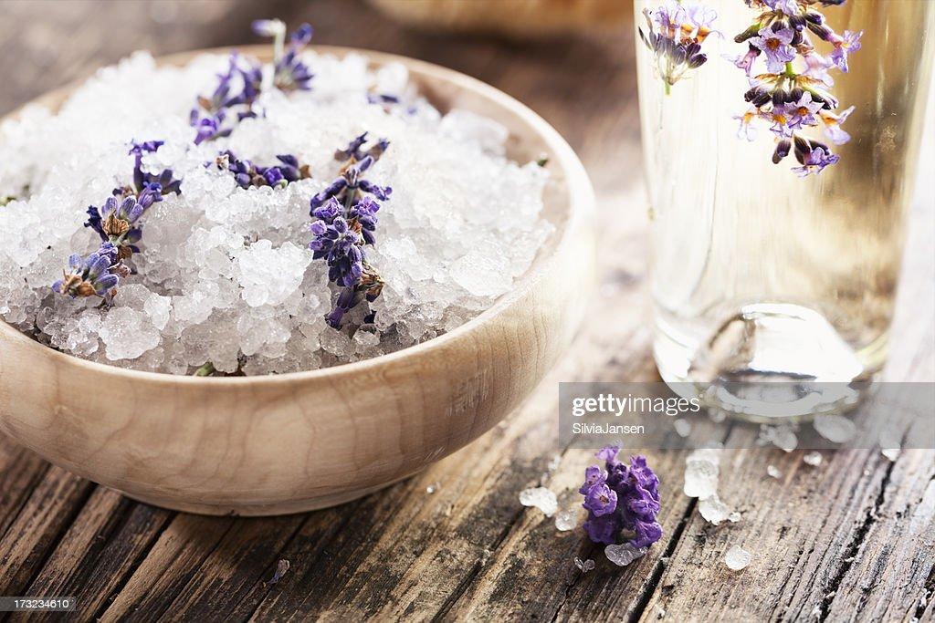 アロマセラピーバスの塩、ラベンダーマッサージオイル : ストックフォト