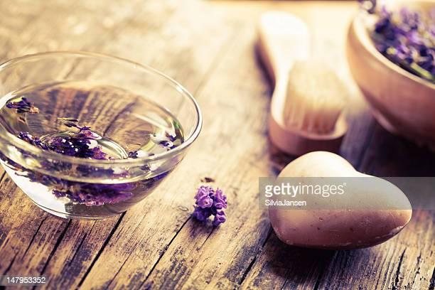 Aromatherapie-Bad mit Lavendel-Salz und soapin hearth Form