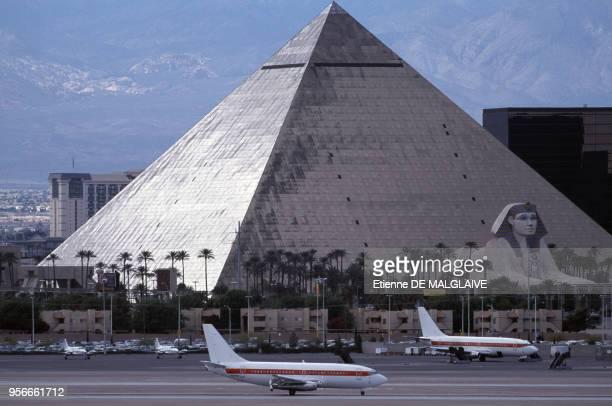 L'Aéroport de Las VegasMcCarran et la pyramide de l'hôtel Louxor en avril 2012 à Las Vegas aux ÉtatsUnis