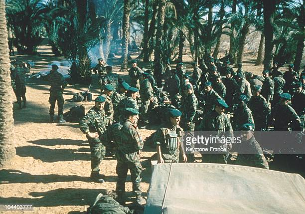 Around 1960 French commandomarine troops prepare to leave the palm grove of Brezina in the steppes of southwest Algeria to rejoin the aeroaval base...