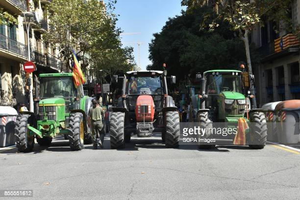 Around 400 tractors called by agricultural unions have gathered on the center of the city of Barcelona to defend the referendum of the independence