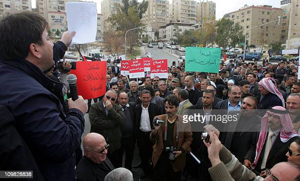 Around 600 Jordanian journalists demonstrated on march 7 2011 outside the governmentowned AlRai Arabiclanguage newspaper in Amman to demand an...