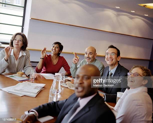 Autour de la Table de conférence