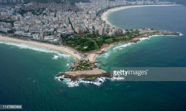 arpoador strand in rio de janeiro, brasilien - strand von copacabana stock-fotos und bilder