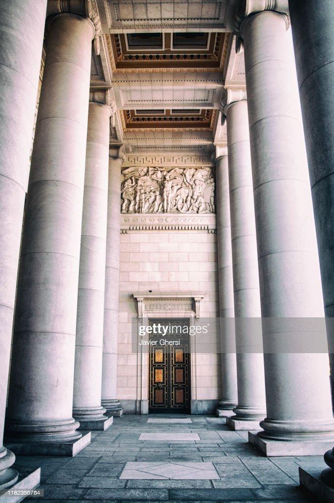 Arquitectura: vista lateral de la entrada principal al Capitolio, desde la calle. La Habana, Cuba. : ストックフォト