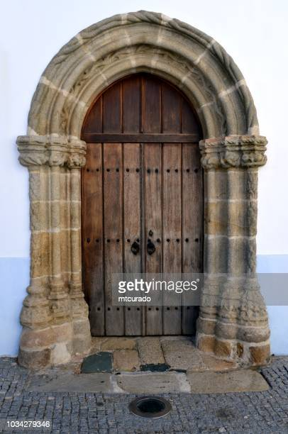 arraiolos - gate of the holy spirit hospital (15th century), main square, alentejo, portugal - calçada stock pictures, royalty-free photos & images