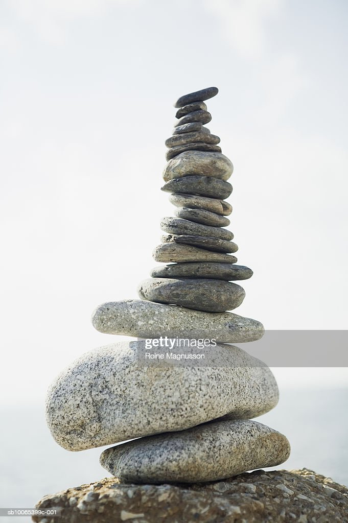 Arrangement of stones and sea in background : Foto stock