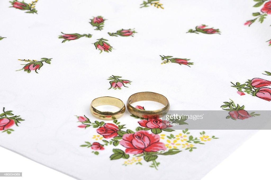 Arrangement with wedding rings : Stockfoto
