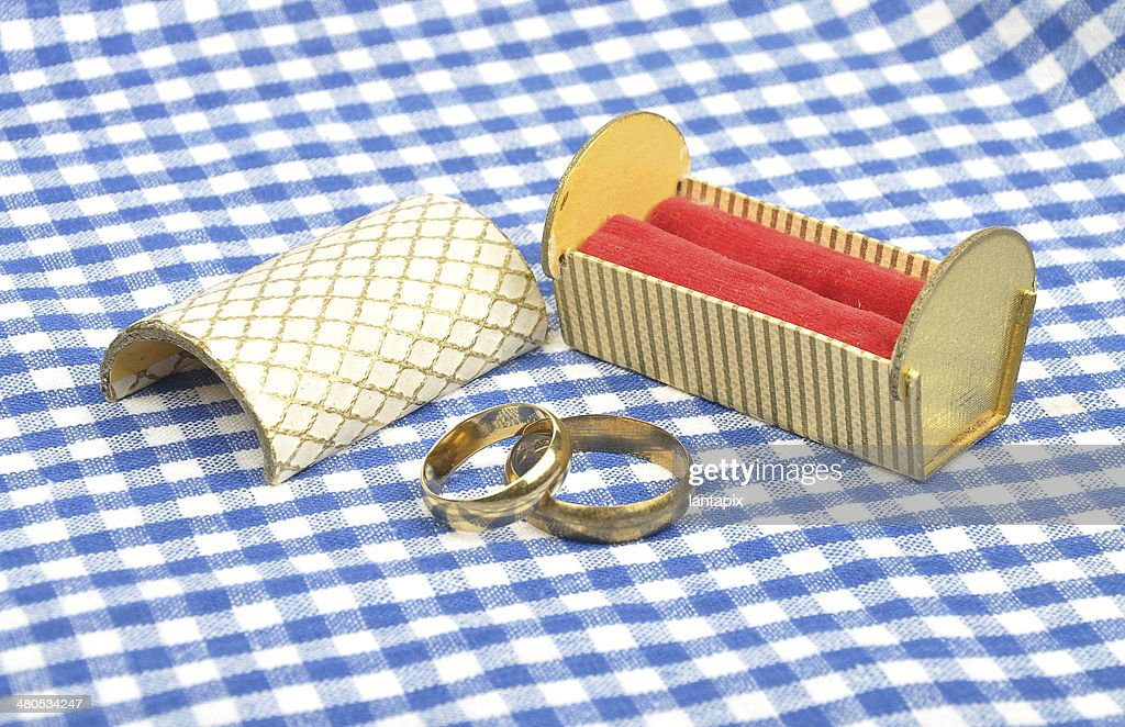 Arrangement with wedding rings : Bildbanksbilder