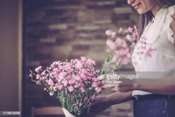 disposizione dei fiori - arrangiare foto e immagini stock