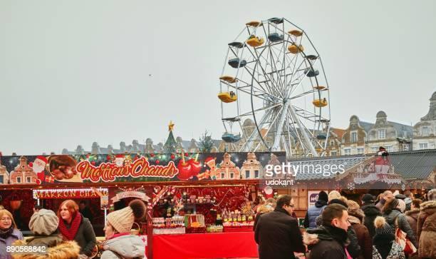 様々 なアトラクションを楽しむ人々 でアラス クリスマス マーケット - アラス ストックフォトと画像