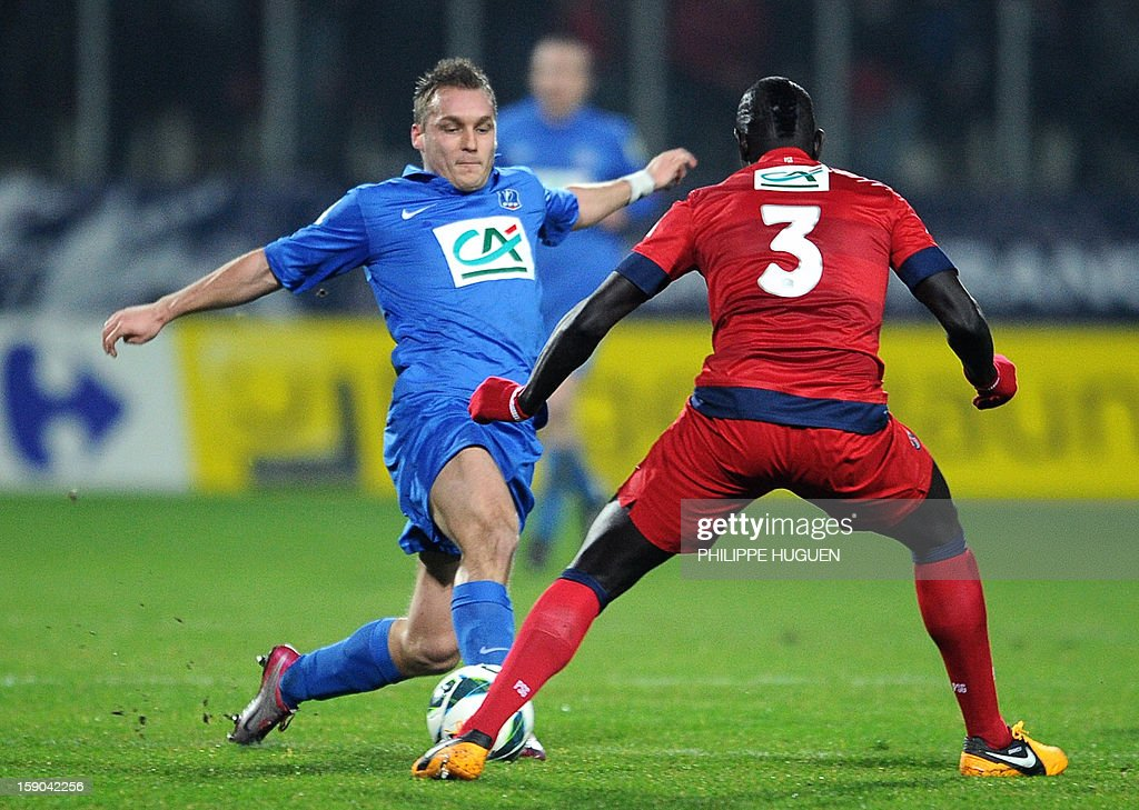 Arras' forward Willot Sylvain (L) vies with Paris Saint-Germain's French defender Mamadou Sakho during the French cup football match Arras vs Paris Saint-Germain, on January 6, 2013 at the Epopee Stadium in Calais, northern France.
