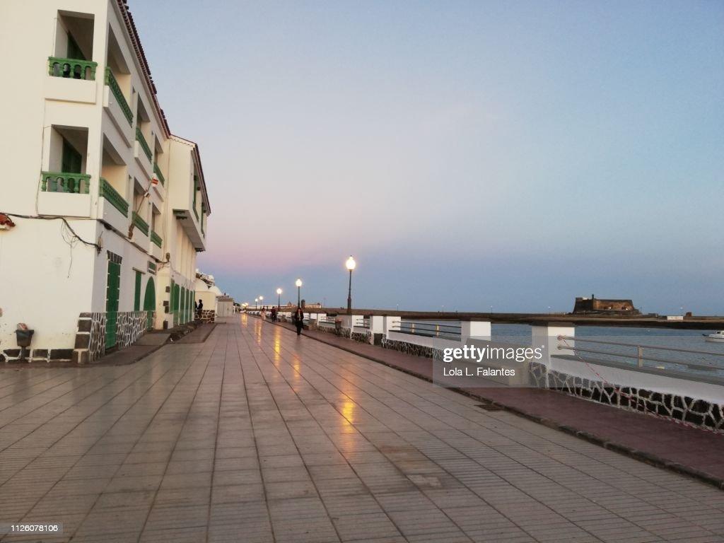 Arrecife street at sunset : Foto de stock