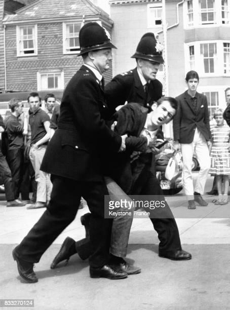 Arrestation d'un jeune mod lors des affrontements entres mods et rockers à Hastings RoyaumeUni le 3 août 1968
