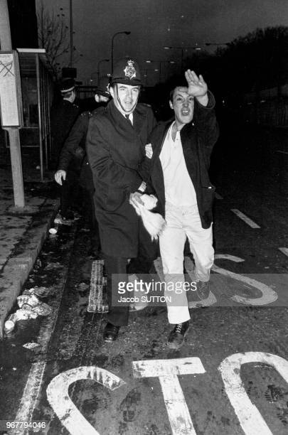Arrestation d'un membre du 'British Movement' partie d'extrême droite anglais lors d'une manifestation à londres le 26 novembre 1980 RoyaumeUni