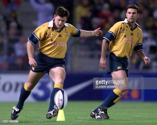 L'arrière australien Matt Burke donne le coup d'envoi du testmatch entre la France et l'Australie sous le regard de l'ailier Joe Roff le 17 novembre...