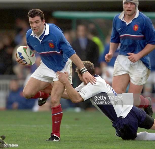 Arrière du XV de France Jean-Luc Sadourny se heurte à l'italien Denis Dallan le 03 mars 2001 à Rome, lors de la rencontre Italie/France comptant pour...