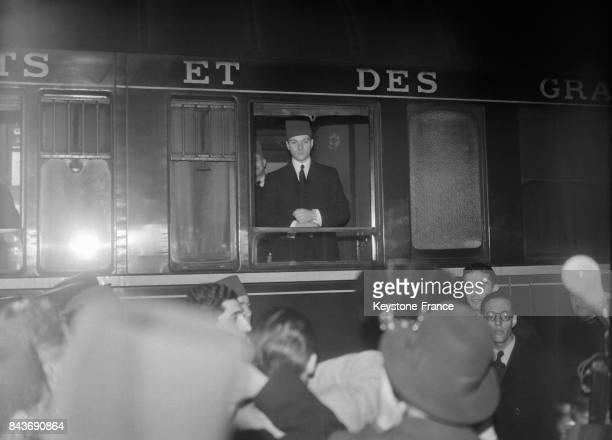 Arrivé de Londres le jeune roi Farouk a traversé la capitale pour se rendre à Marseille afin de s'embarquer pour l'Egypte à Paris France le 1er mai...