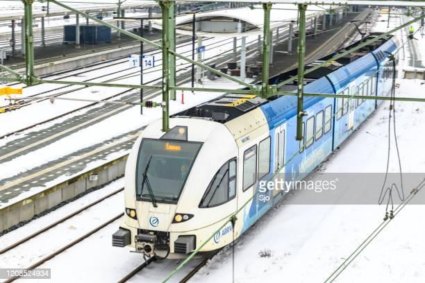 """arriva communter trein rijdt door de sneeuw in de winter - """"sjoerd van der wal"""" or """"sjo"""" stockfoto's en -beelden"""