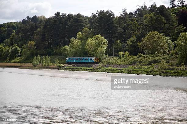 arrivée les trains du pays de galles à deux voitures diesel unité - pays de galles photos et images de collection