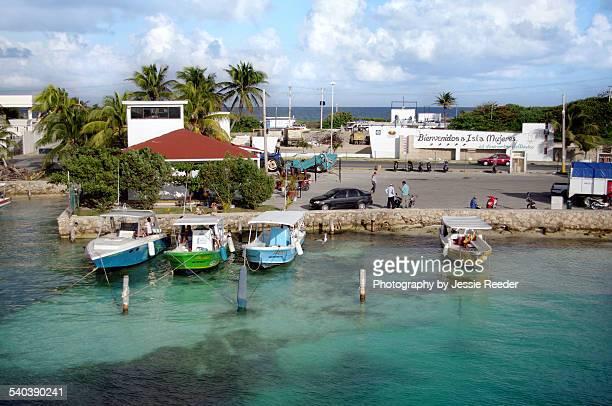 arrival dock, isla mujeres, mexico - mujeres fotos stockfoto's en -beelden
