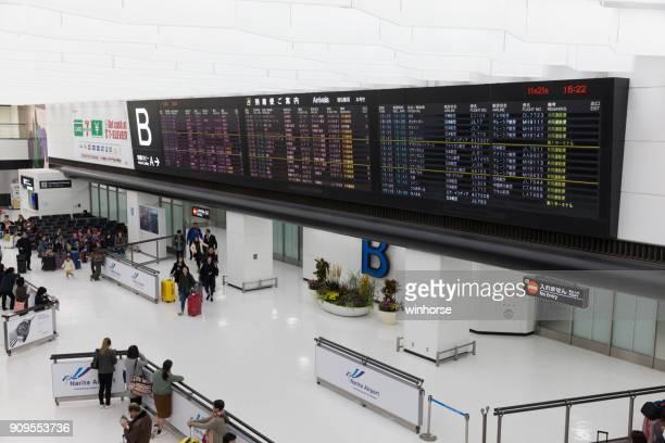vestíbulo de llegada en el aeropuerto internacional de narita, japón - narita international airport fotografías e imágenes de stock