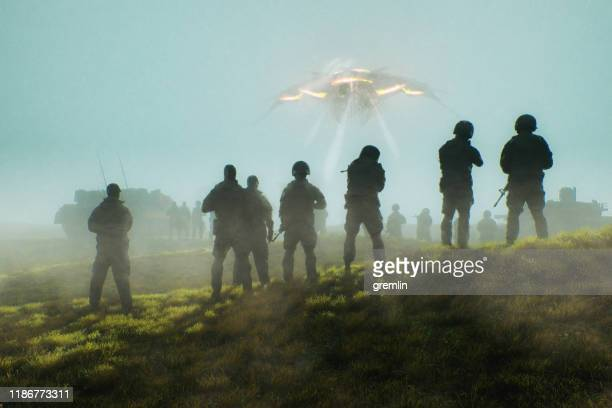llegada de la nave estelar alienígena - ovni fotografías e imágenes de stock