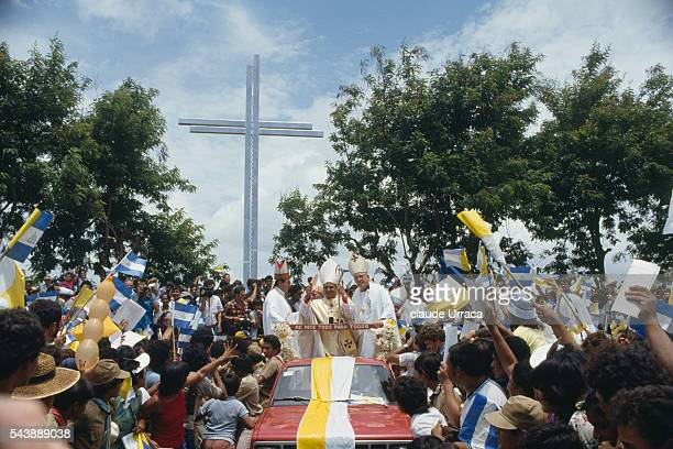 Arrival of Cardinal Manuel Obando in Managua before a public meeting