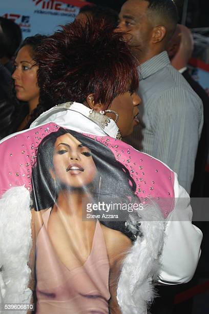 Arrival of Missy Elliott wearing a jacket with a portrait of the singer Aaliyah who died recently in a plane crash in the Bahamas
