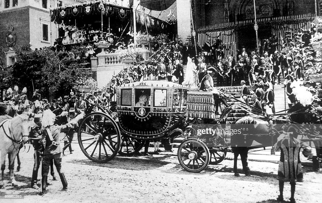 arrival of princess Ena at the church for the wedding of king don Alfonso XIII of Spain and Victoria Eugenia of Battenberg in Madrid may 31, 1906 : ニュース写真